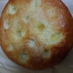 106705076 - 丸くて粉砂糖がかかったパン