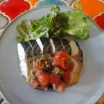 カマクラ ガレージ - 鯖の燻製プッタネスカソース