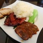 106709980 - 香港式焼き物3種の飯 1,300円(税別)