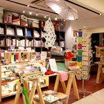 カフェ&ブックス ビブリオテーク - スタッフが独自の視点からセレクトした雑貨や書籍を販売