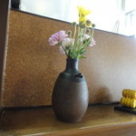 めん専門店 味良 - カウンターの前の花