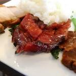 106710040 - 手前から卤水牛肉 (味付け冷やし牛スネ肉)、蜜汁叉烧 (焼きチャーシュー)、脆皮烧肉 (皮付き豚バラ肉の焼き物)