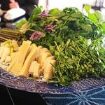 比良山荘 - 月鍋に投入される山菜いっぱい。
