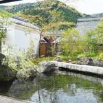 比良山荘 - 左奥には新しく作られた白壁の蔵。実は巨大なワインセラー!
