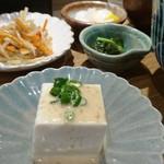※710 - この豆腐も胡麻だれが素敵。