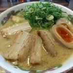 博多金龍 - 料理写真:肉盛ラーメン 煮玉子ねぎ追加