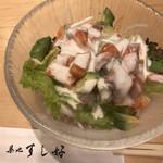 築地すし好 - サーモン海老アボカドサラダ750円。たっぷり具材とシャキシャキ野菜をドレッシングがまとめていて、とても美味しくいただきました(╹◡╹)