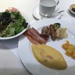 ベルテンポ - 朝食ビュッフェ2600円。一皿目? 洋食中心。 サラダは、ナンプラーでいただくのが好みです(╹◡╹)オムレツは、ハムとチーズを選んで作っていただきました。とても美味しかったです(╹◡╹)