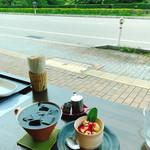Cafe Mimpi - アイスコーヒーとデザート 店前にある古城公園の景色がいい!