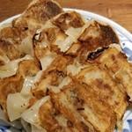 テムジン - 焼き餃子 小ぶりでカリっと焼いてある餃子だが、あまり好みの味ではなかった。