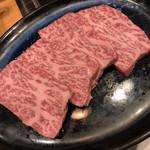 ニク マッスル スグル - 黒毛和牛ザブトン厚切りステーキ 脂が溶けていく良い感じの肉です。