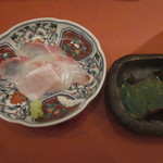 鮨 そえ島 - 料理写真:唐津のヒラメ、わさび醤油で・・塩もついてます