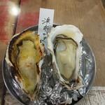 地下の粋 - 牡蠣西京味噌バター焼き(左)と牡蠣素焼き(右)