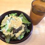 ミスターデンジャー - セットのサラダ(レタス・玉ねぎ) 酸味の利いた胡麻ドレッシングがかかっています