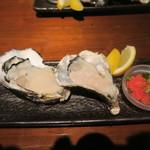 大衆居酒屋 魚炭 - 生牡蠣、この日は桃取と室津