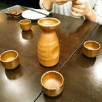魚男 - 最初のお酒は秋田の美酒の設計という純米吟醸酒。1合で1100円(税別)。