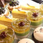 THE MARKET F - ショップでは、ホテルのペストリーシェフがつくるケーキを毎日11:30から揃えています。