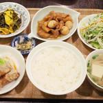 106801470 - 日替わりセット(1000円) 豚肉とうずら玉子煮込み、高菜炒め、豆腐のスープ、揚げ春巻き、ライス、サラダ