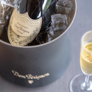 厳選されたワインを片手に、優雅なひと時をお過ごしください