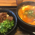 カルビ丼とスン豆腐専門店 韓丼 - 2019年5月1日  カルビ丼ミニとホルモンスン豆腐セット