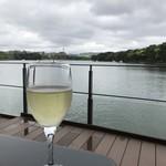 ロイヤル ガーデン カフェ - 池沿いのテラスで白ワイン♪ お天気はよくなかったけど池を渡る風がとても気持ちいい!