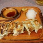 ラーメン コント - 餃子(300円)。木のお皿。