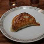 TexturA - 餃子、よだれ鶏の汁をつけて食べる