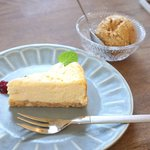 リトルカフェ ポルタ - ベイクドチーズケーキとコーヒーナッツアイス