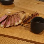 レ・カネキヨ - Viande ~肉料理~ 北海道産「十勝牛ロース」のロティ 旬のグリーンアスパラとフォアグラのソテー ヴィネガー風味のソースとグリーンペッパー・ソース