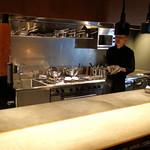 神戸牛炉釜ステーキ GINZA KOKO炉 - カウンター席と厨房