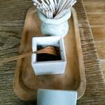 蕎麦と雑穀料理 杜々 - 卓上調味料は七味のみ。