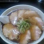 麺や 由布 - チャーシューメンは、基本醤油ですが、塩・味噌も可能。800円。(はむれっとさん撮影、このチャーシューは通常より1枚多いです…)