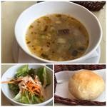 サンチョ・パンサ - ◆「スープ」はいろんな香辛料のお味がするのですが、見た目より(失礼)美味しい・ ◆パンはミニサイズで手作り感があり温めて出されます。 ◆サラダは普通。