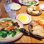 106916990 - スモークサーモンとアボカドのサラダ、パン食べ放題付き1580円+税