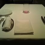 オーグードゥジュール メルヴェイユ 博多 - お花がないので、リーデルのグラスがテーブルに色を添えてくれて素敵です。