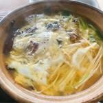 鮎宗 - うなぎ雑炊は煮立ったら、自分で卵を割り入れて完成!