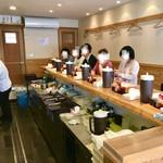 うどんひだか - 店内カウンター&厨房