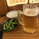 大衆酒場 玉井 - お通しの枝豆  300円と生ビール(中)  460円