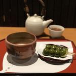 106940224 - 抹茶「紅葉」と季節の和菓子(フォンデュだんご)