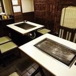 新喜八 - テーブルが4卓、それに小上がりになった座敷も3卓