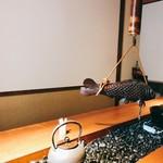 大人の日本酒バル いろり - 長い囲炉裏