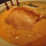 106957974 - チャーシューは豚バラ肉で、大きめ1枚肉。  味は薄口醤油で引き締めた地味めの味。