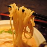 106958051 - 麺は中太麺ストレート麺、加水率は高め。  潤い豊かでパツンと張りのある健康美肌。