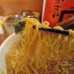 106958322 - 麺は平打ち中太麺縮れ丸麺、加水率は高い  食べ易さを加味して、ちょいと短めに揃えた仕様。