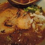 106958328 - チャーシューは豚ロースの大きな炙り1枚肉。  炙りの香ばしい香りと、肉肉しい歯応えを残す。  ちょ、コレ焼き肉の味じゃん!(*゚∀゚)  何これ!?ラーメンと同時に焼き肉が味わえる!