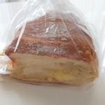 106975885 - チーズのパン