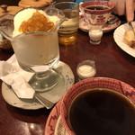 106978857 - ブレンドコーヒーとアイスクリーム