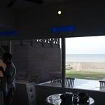 海辺のCafeかぬたん - 店内は基本的にこの窓際のみ