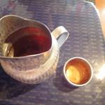 メークマイ - お茶のピッチャーとカップ