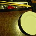 10701311 - 最初にサラダの取り皿と、お箸とナイフ、フォーク類が来ます。今日はお箸で頂くことに。